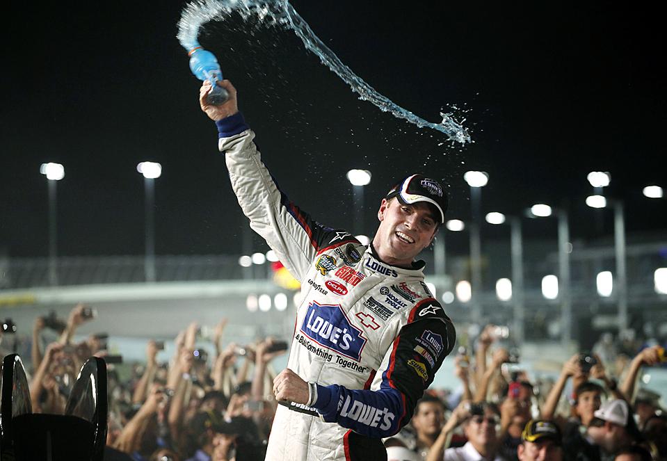 5) Джимми Джонсон радуется, поскольку стал победителем серии NASCAR четвертый раз подряд. Это – рекорд. Снимок сделан на Homestead-Miami в городе Хомстед, штат Флорида. (Carlos Barria/Reuters)