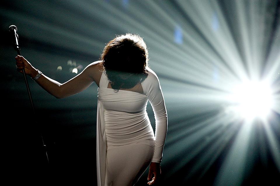 3) Уитни Хьюстон во время своего выступления на 37-м церемонии вручения наград «American Music Awards» в Лос-Анджелесе. Певица получила Международную награду за свой вклад в музыку и благотворительность. (Matt Sayles/Associated Press)