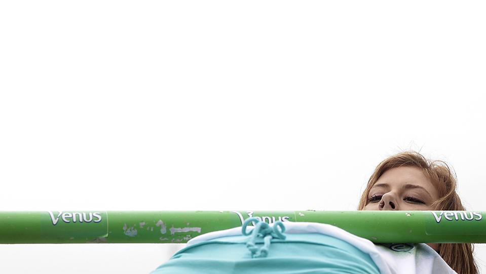 3) Участница соревнований по лимбо Нина Тетзласс проходит под шестом во время рекламной акции в Сиднее. (Tim Wimborne/Reuters)