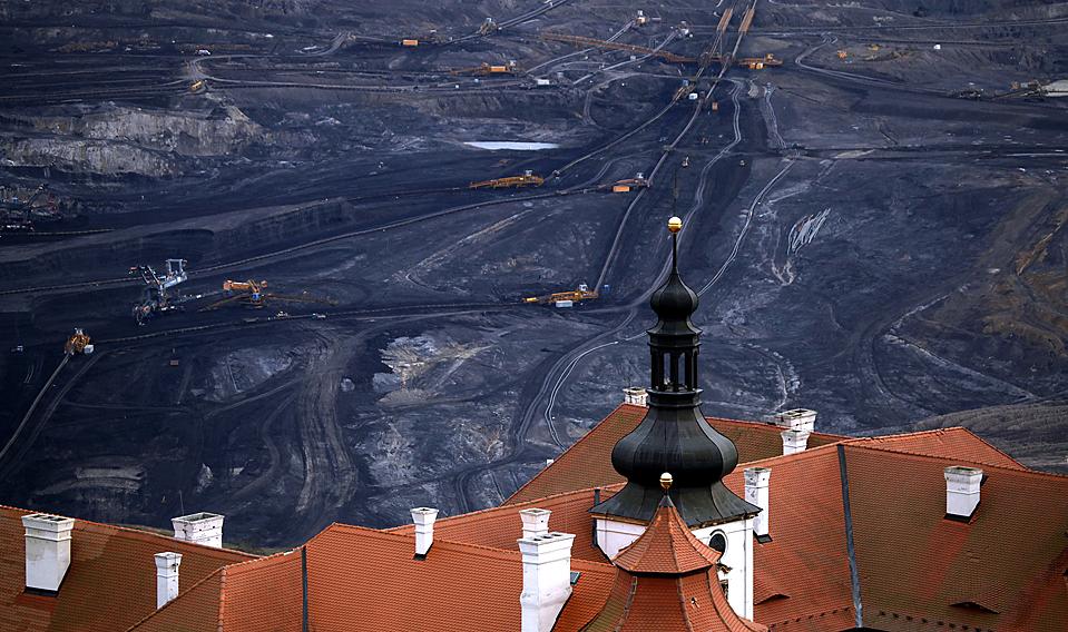 5) Угольная шахта, видна за зданием замка возле чешского города Мост. Несмотря на международные призывы к ограничению выбросов в атмосферу от сжигания угля, чешские компании настаивают на том, что необходимо расширить добычу угля. (Petr Josek/Reuters)