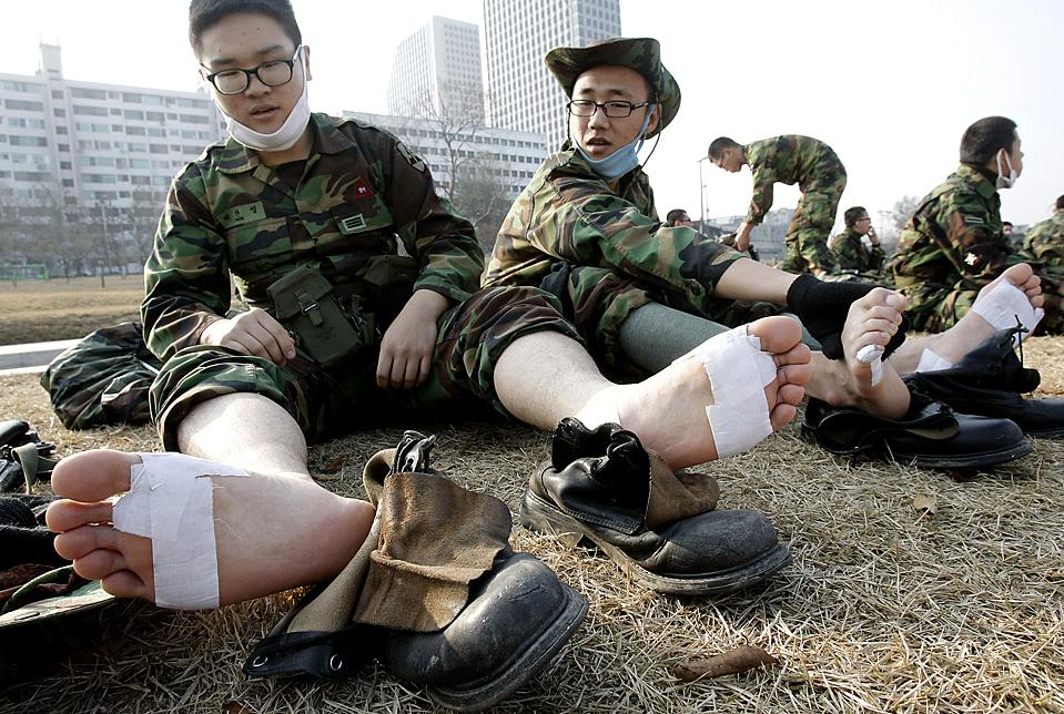 8) Южнокорейские солдаты отдыхают во время своего двухдневного марша в Сеуле. (Ahn Young-joon/Associated Press)