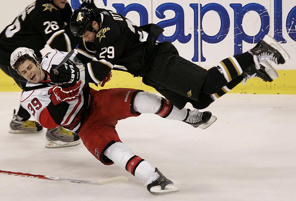 10) Игрок команды «Dallas Stars» Стив Отт (29) сбивает с ног игрока «Carolina Hurricanes» Патрика Дуайера (39) во время игры НХЛ в Далласе. Даллас выиграл 2-0. (Mike Fuentes/Associated Press)