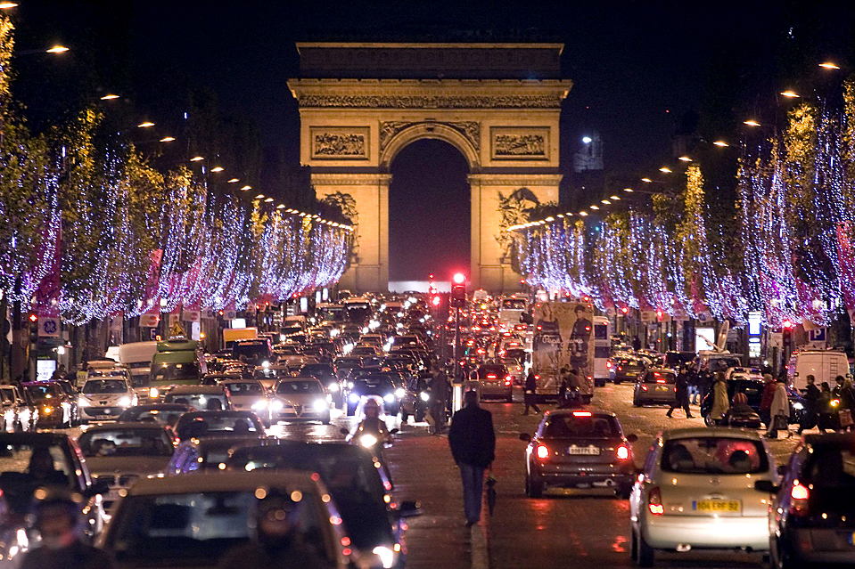 16) Праздничные фонари на Елисейских Полях в Париже. (Charles Platiau/Reuters)