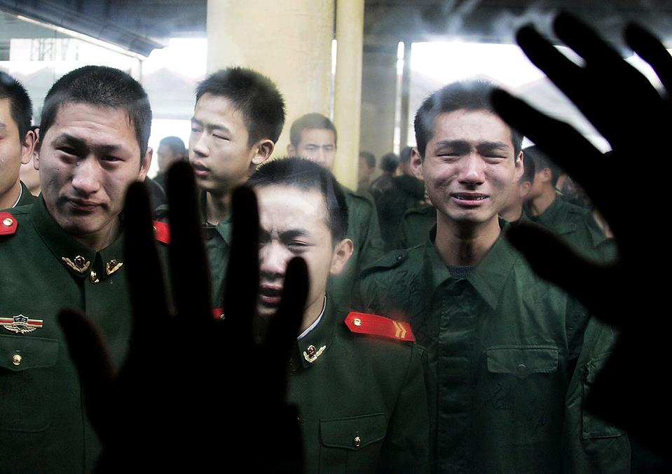 15) Бывшие военнослужащие плачут во время прощания со своими товарищами по окончании срока службы в армии. Снимок сделан на железнодорожной станции в Шицзячжуан, китайская провинция Хэбэй. (China Daily/Reuters)