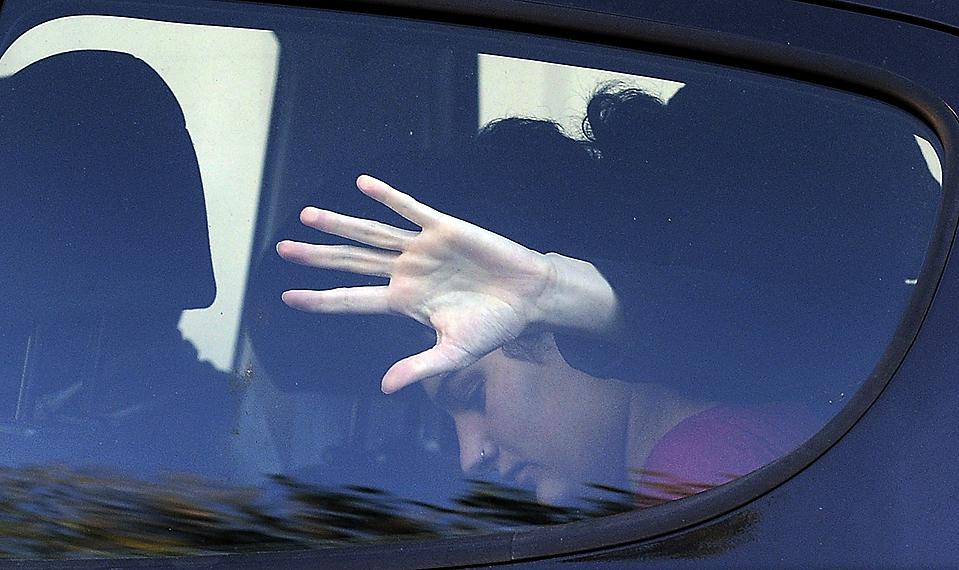 14) Полицейский пытается закрыть лицо подозреваемому члену баскской сепаратистской молодежной группировкой Segi, запрещенной организации, которая связана с партизанской группировки ЭТА, Снимок сделан в Сан-Себастьян, Испания. Полиция арестовала 34 подозреваемых членов группировки во время облавы. (Alvaro Barrientos /Associated Press)