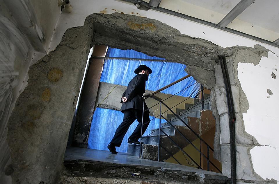 12) Раввин Авраам Беркович поднимается по лестнице в еврейском центре «Наримэн Хаус» в Мумбаи. Это место – было одним из нескольких атакованных террористами 26 ноября 2008. Спланированная атака в прошлом году унесла 166 жизней. Пакистанский суд предъявил обвинения в совершении террористических актов семи человекам. (Punit Paranjpe/Reuters)