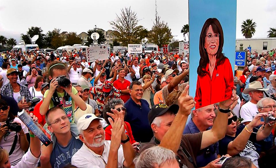 8) Поклонники бывшего губернатора Аляски Сары Пэйлин слушают ее выступление во время раздачи автографов на презентации ее книги «Going Rogue», в городе Вилладжес, штат Флорида. (Maurice Rivenbark/St. Petersburg Times via Associated Press)