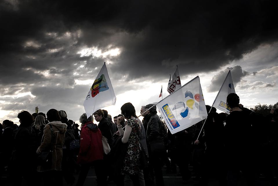 5) В Лионе тысячи людей вышли поучаствовать в акции протеста против системы образования Франции, отсутствия рабочих мест, плохих условий труда и низкой заработной платы. В настоящее время тут бастуют почтовые работники и преподаватели. (Jean-Philippe Ksiazek/Agence France-Presse/Getty Images)