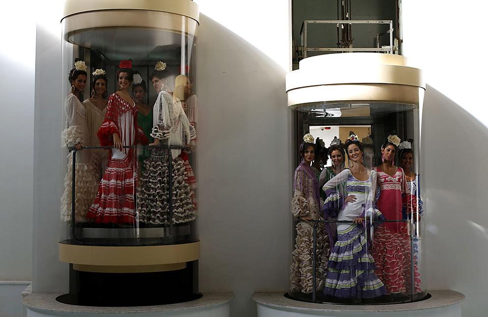 3) Участницы конкурс Мисс Севилья, одетые в традиционные костюмы, стоят в лифтах во время презентации в Севилье, Андалусия. Победительница конкурса будет участвовать в конкурсе Мисс Испания в 2010 году. (Marcelo del Pozo/Reuters)