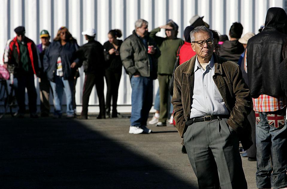 2) Сотни людей часами стояли в очереди, чтобы получить индейку на День благодарения в благотворительном продовольственном фонде города Аламеда, штат Калифорния, во вторник. (Justin Sullivan/Getty Images)