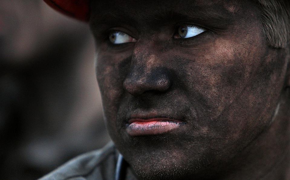 11) Шахтер после окончания смены на угольной шахте в украинском городе Макеевка. (Gleb Garanich/Reuters)