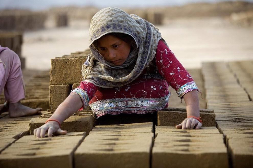 11. 9-летняя Сальма сортирует кирпичи на заводе «Sadat Ltd. Brick», где она работает каждый день с 8 до 17, чтобы помочь своей семье. (Paula Bronstein, Getty Images)