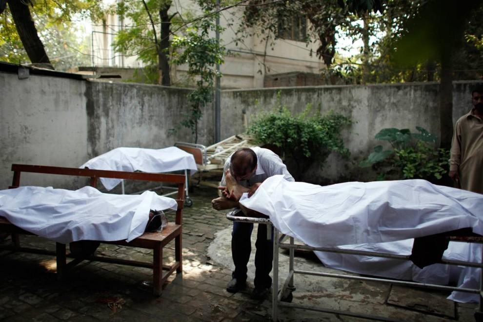 12. Мужчина скорбит по своему брату в больнице в Равалпинди, Пакистан, 2 ноября. Его брат погиб во время взрыва у банка. Это была последняя волна терактов движения Талибан с тех пор, как в прошлом месяце пакистанская армия запустила против талибов специальную программу. (Alexandre Meneghini / AP)