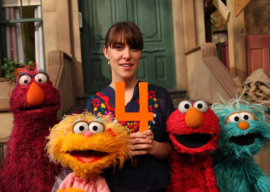 12. Певица Файст спародировала собственную песню «1, 2, 3, 4» на «Улице Сезам» в 2008 году, во время которой она считала монстров, пингвинов и цыплят.