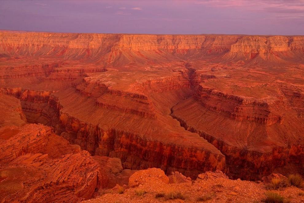 12. Оранжевые оттенки песчаных стен Гранд Каньона преобладают на этом снимке, сделанном с места, известного как СБ Пойнт. Слоистые скалы каньона демонстрируют геологическую историю в более чем 2 миллиарда лет. (Michael Nichols)