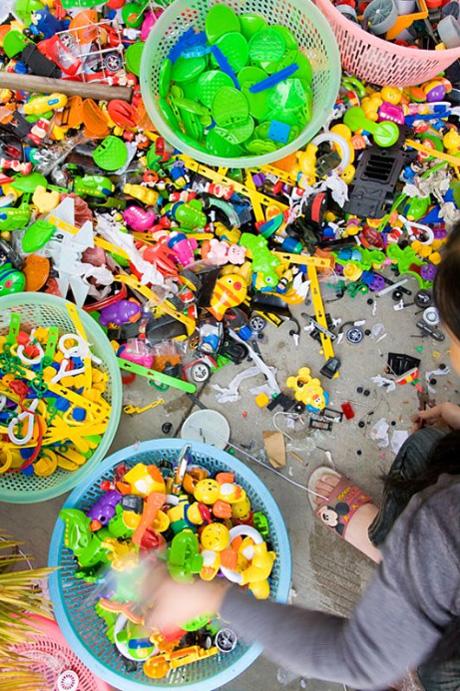 11) Игрушки ломают и сортируют по качеству пластика.