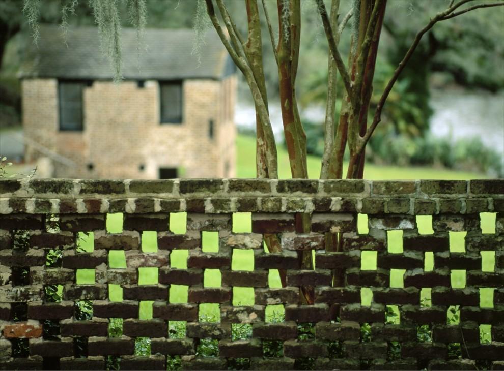 12. Старая каменная стена обрамляет зеленый сад в Миддлтон Плейс, штат Южная Каролина. Эта плантация 18 века является одним из самых известных исторических мест Америки. (Michael Melford)
