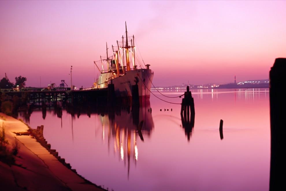 12. Конец путешествия в конце дня – судно доставило груз в порт реки Потомак в Александрии, штат Виржиния. Имеющий историческое значение прибрежный городок находится совсем близко от Вашингтона. (Bruce Dale)