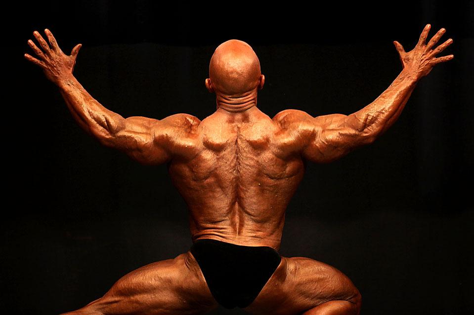 """12) Культурист позирует для судей в ходе конкурса """"Мистер Вселенная"""" в Сауспорте, Англия. (Christopher Furlong / Getty Images)"""