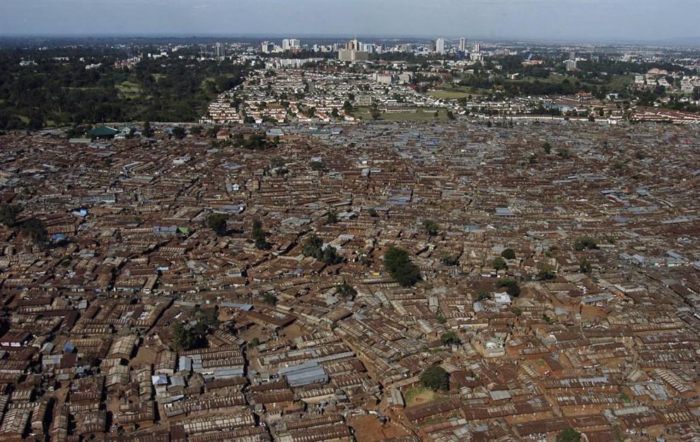 12. Пригород Кибера в Найроби, Кения, представляет собой идеального кандидата на так называемые климатические «мегакатастрофы», которые, как предупреждает ООН, могут заключаться в резких колебаниях природы от чрезвычайной жары до наводнений. (Riccardo Gangale / AP)