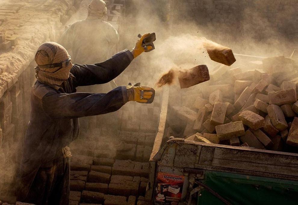 12. Рабочий кирпичного завода бросает кирпичи в грузовик. (Paula Bronstein, Getty Images)