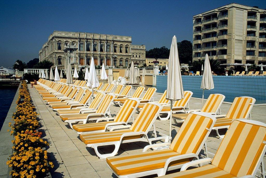 12. Ряды желтых шезлонгов стоят у бассейна отеля «Ciragan Palace Kempinski» в Стамбуле, Турция. Бывший дворец султана, теперь это здание вмещает в себе один из самых роскошных отелей Турции. (Steve McCurry)