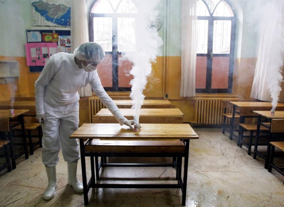 13. Рабочий дезинфицирует классную комнату от вируса свиного гриппа в Стамбуле 30 октября. В четверг в Турции скончалось два пациента, что в общем счете увеличило число погибших от свиного гриппа в стране до трех человек. (Ibrahim Usta / AP)