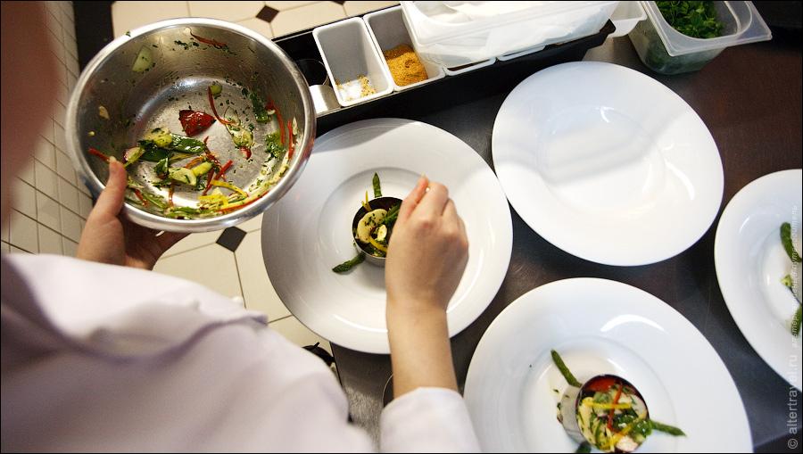 13) Заказ на кухню поступает с терминала официанта в виде специального чека, и сразу же начинает исполняться