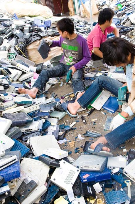 12) Рабочие сортируют пластиковые корпуса.