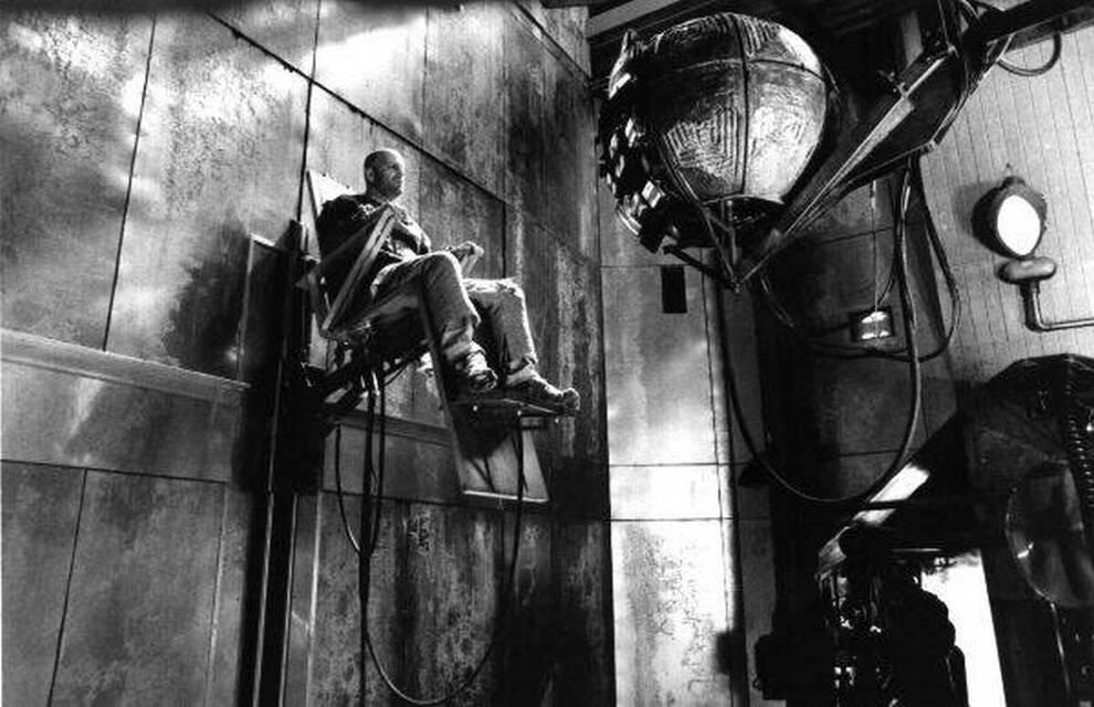 13. Жизнь 2035 года сурова в фильме «12 обезьян», вышедшем в 1995 году. После заражения 99% населения Земли и катастрофы, в результате которой на поверхности земли стало невозможно жить, человечество ушло в изолированный мир. Герой Брюса Уиллиса – заключенный, вызвавшийся добровольцем для путешествия во времени, чтобы вернуться назад и попытаться все исправить. (Universal Pictures)