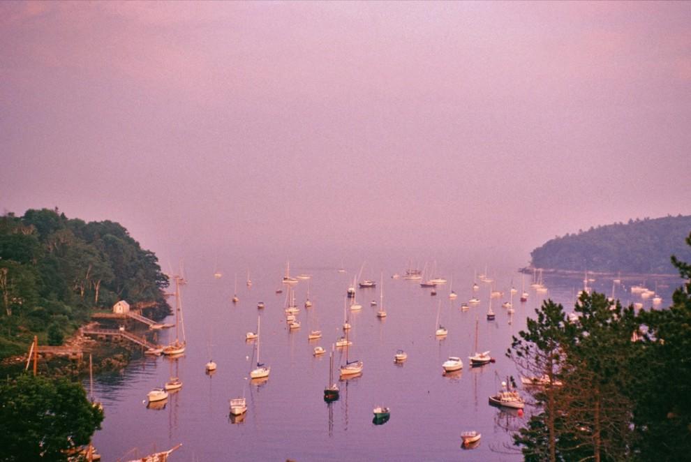 13. Лиловая дымка растекается по заполненной суднами гавани в Рокпорте, штат Мэн. Живописные прибрежные города Мэна популярны как среди моряков, так и среди туристов. (Ira Block)