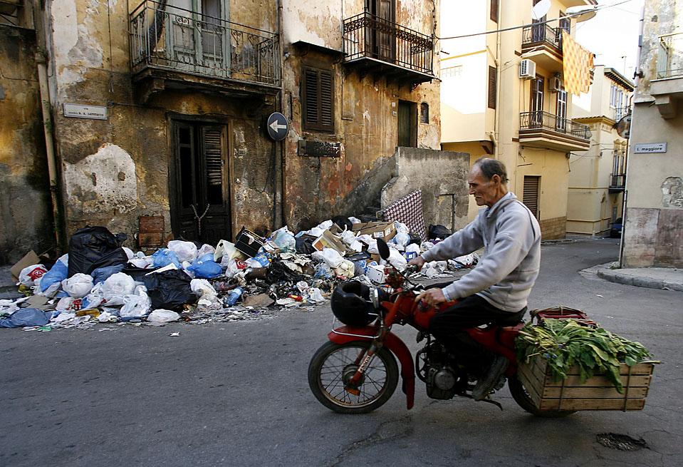 13) Груды мусора свалены на улицах поселка Виллабате вблизи Палермо. Большая часть острова Сицилия страдает от избытка мусора из-за забастовки мусорщиков. (Marcello Paternostro/AFP/Getty Images)