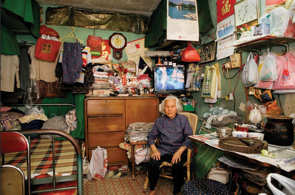 6. 82-летняя Тань Мао Тиен прожила в Шек Кип Мей 30 лет. На вопрос, что нравится здесь больше всего, ничего не ответила. (Michael Wolf/ New York Times Lens)
