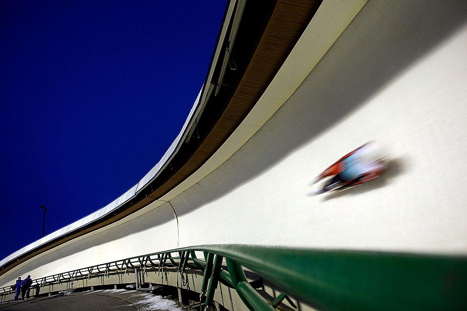 12) Участник гонки мчится по треку во время соревнований на Кубок мира по санному спорту в Калгари, Альберта, Канада. (Jamie Squire/Getty Images)