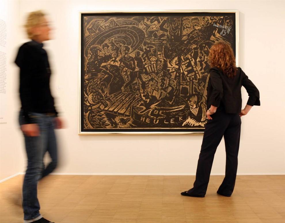 13. Картина «Heuler» является частью серии картин Йорга Иммендорфа под названием «Кафе Германия». Иммендорф, скончавшийся от бокового амиотрофического склероза в 2007 году, считался одним из самых противоречивых современных художников Германии, отчасти из-за левых политических идей. Большая часть его работы изображала конфликт между Восточной Германией и Западной перед падением Берлинской стены. (Patrick Lux/Getty Images)