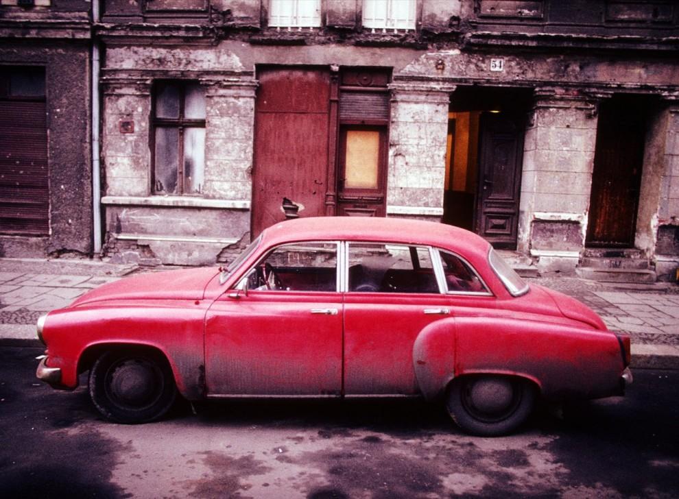 13. Красный автомобиль на грязной пустынной улице в Восточном Берлине. Восточная и Западная Германия воссоединились в 1990 году спустя 45 лет разделения страны после Второй мировой войны. (Ed Kashi)