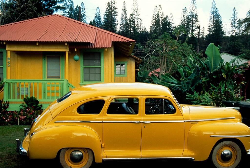 13. Небольшой желтый домик в Ланай Сити, Гавайи, отлично вписывается в городок Плимут. Здесь многие жители живут в таких домиках, выкрашенных в пастельные тона, которые первоначально строились для рабочих виноградных плантаций. (Jim Richardson)
