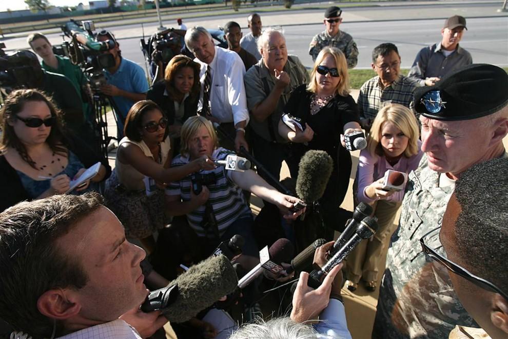 13. Лейтенант-генерал Роберт Кон дает интервью репортерам после событий в Форт-Худ в четверг. (Rodolfo Gonzalez / Austin American-Statesman)