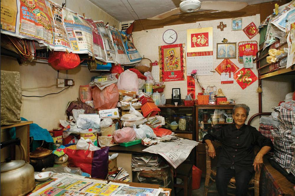 6. Чуи Кваи Хинь 88 лет, 14 из которых она прожила здесь – в Шек Кип Мей. Она работает на заводе в сфере полиграфии, а здесь ей больше всего нравится «хорошая вентиляция и хорошие соседи». (Michael Wolf/ New York Times Lens)