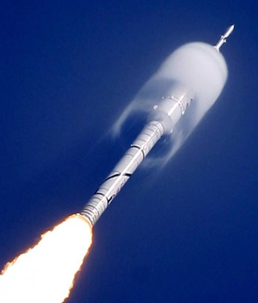 14. Конус влаги окружает часть ракеты Ares I-X во время запуска тестового суборбитального полета 28 октября с Космической станции Кеннеди во Флориде. Ares I-X – ранний прототип пусковой системы следующего поколения, который был создан, чтобы заменить космические корабли после их использования, начиная с 2010 года. (Chris O'Meara / AP)