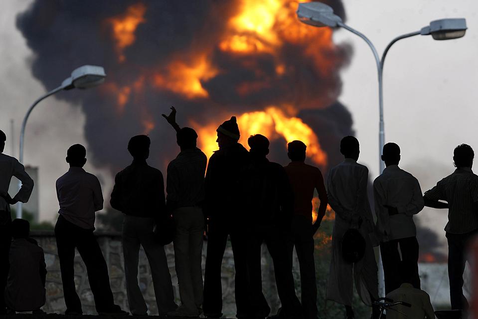 14) Огромный пожар, в котором погибли, по меньшей, мере шесть рабочих и было ранено 150, произошел на нефтебазе в индийском городе Джайпур. Как сообщают официальные источники, причиной пожара может быть поджог. До начала пожара, который продолжался почти 24 часа, были слышны сильные взрывы. (Mustafa Quraishi/Associated Press)