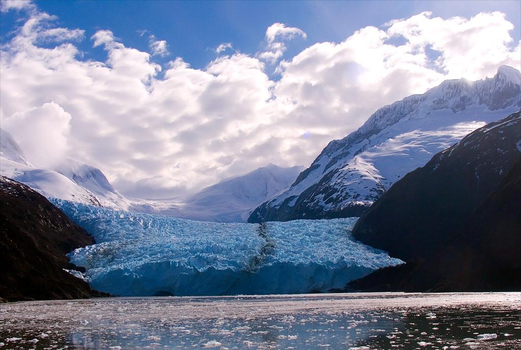 14. Массивный ледник Гарибальди медленно просачивается в фьорд Гарибальди в Тьера дель Фуего – архипелаге на южном окончании Южной Америки. Водное окончание подобного ледника называется просто – конец. (Richard Nowitz)