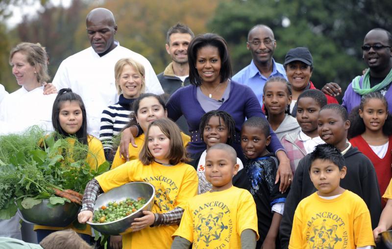 15. Мишель Обама фотографируется с учениками начальных школ Банкрофт и Кимболл на огороде Белого Дома в Вашингтоне 29 октября после совместного сбора урожая. (UPI/Alexis C. Glenn)