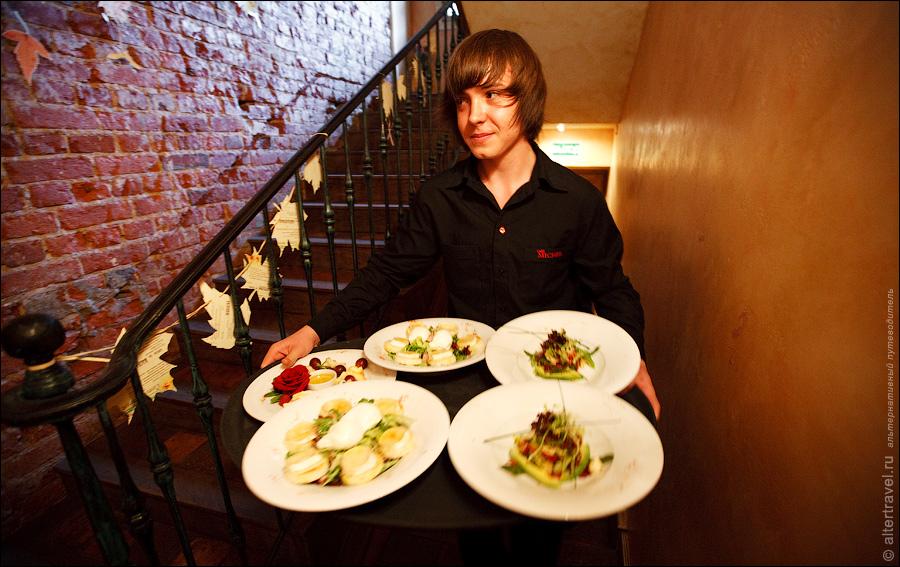15) И ожидающие заказа официанты сразу же его уносят.