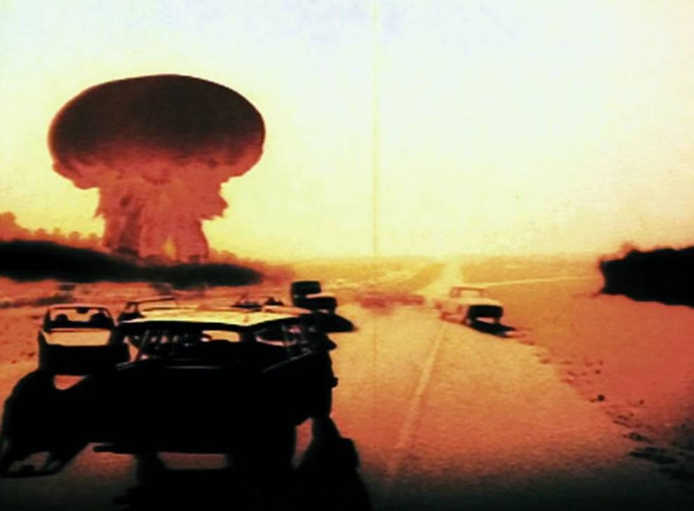 15. Многие маленькие зрители были травмированы телефильмом 1983 года «На следующий день», в котором показана судьба жителей Лоуренса, штат Канзас, и Канзас Сити, штат Монтана, после ядерного взрыва. (ABC)