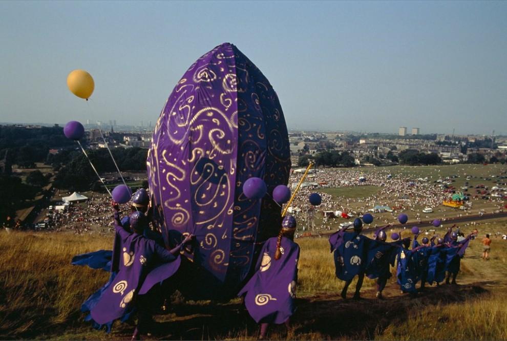 15. Участники кельтского праздника костров в Эдинбурге выступают на ежегодном фестивале, известном как «Fringe Sunday». Они несут огромное фиолетовое яйцо – которое встретится с такого же размера семенем – во время представления демонстрирующего процесс «творения». (Jim Richardson)