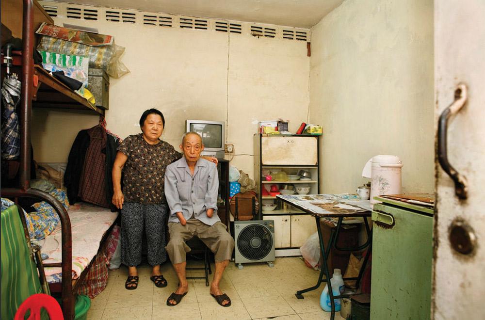 5. 70-летняя Лиу Кам Чиу (слева) и 81-летний Чунь Фут живут в Шек Кип Мей 17 и 20 лет, соответственно. Она работает уборщицей, он – лоточник. На вопрос, что больше всего нравится в этом месте, ответили: «Хорошее месторасположение, дружелюбные соседи, хорошая вентиляция». (Michael Wolf/ New York Times Lens)