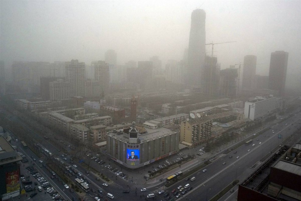 15. Пекин известен своим постоянным загрязнением окружающей среды, нависшим над столицей Китая. Попытки снизить выбросы дыма, сделав автомобили чище, произвели второстепенный эффект на снижение выброса парниковых газов. (Ng Han Guan / AP)