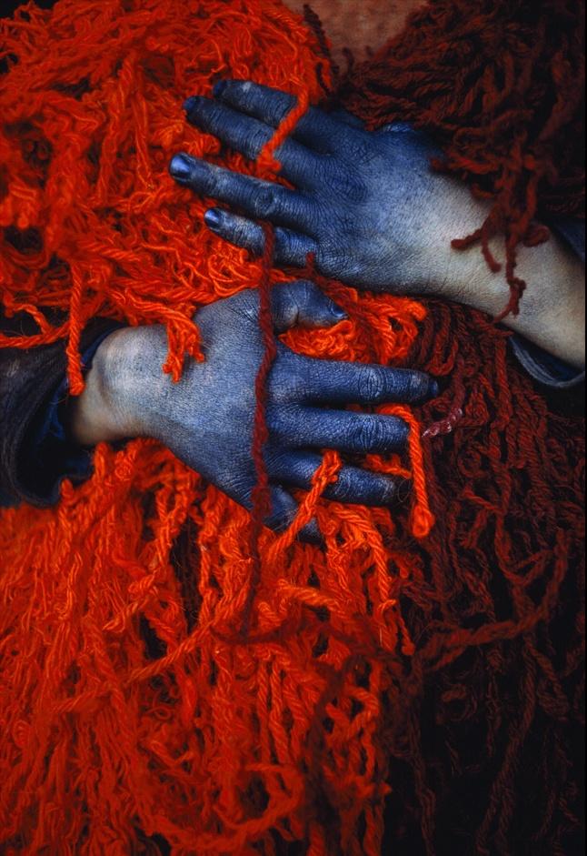15. Подросток держит окрашенными руками спутанные красные нитки. Мальчик живет в Хулме (бывший Ташкурган), Афганистан, - городе, известном своей торговлей овцами и шерстью. (Thomas J. Abercrombie)