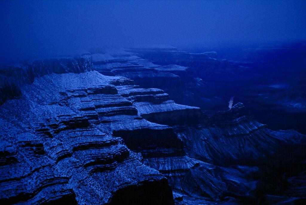 15. Хотя Гранд Каньон больше известен красным оттенком, ночь окутывает его туманные, покрытые снегом стены голубым цветом. Зимой северный край каньона обычно закрыт для проезда. (Michael Nichols)